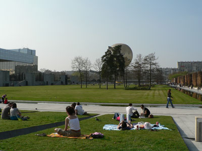pelouse centrale et montgolfière