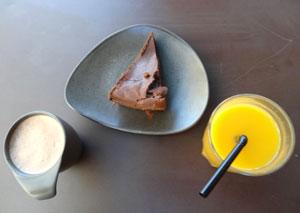 un chocolat chaud, un fondant et un jus de fruit