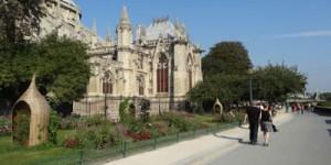 Vue latérale de la cathédrale et du jardin