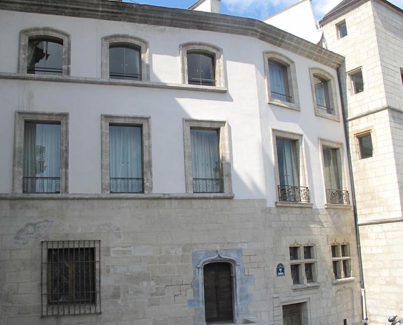 rue des ursins fausse maison medievale