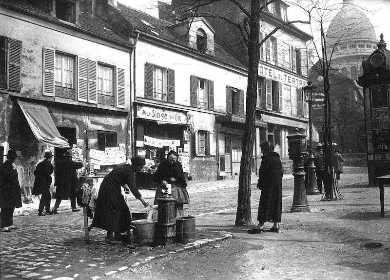 femmes a la fontaine place du Tertre 1925