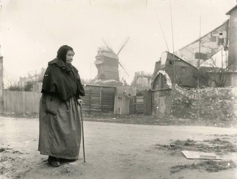 montmartre 1904 femme devant moulin