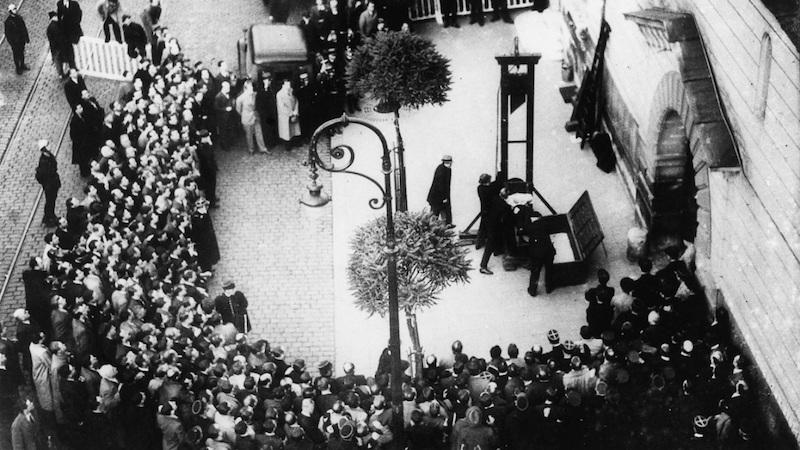 Eugène Weidmann sur la guillotine, dernière exécution publique en France, 1939. POPPERFOTO/GETTY IMAGES