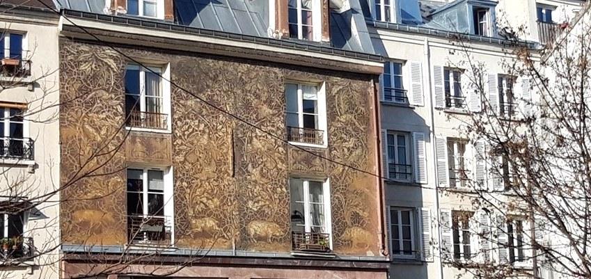 """La magnifique façade """"Sgraffito"""" de la rue Mouffetard"""