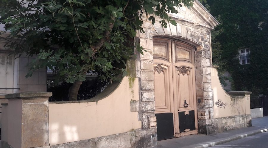 The 17th century portal deserted in the heart of the Marais