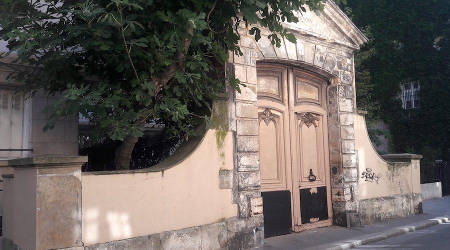 Le portail du 17e siècle abandonné au coeur du Marais